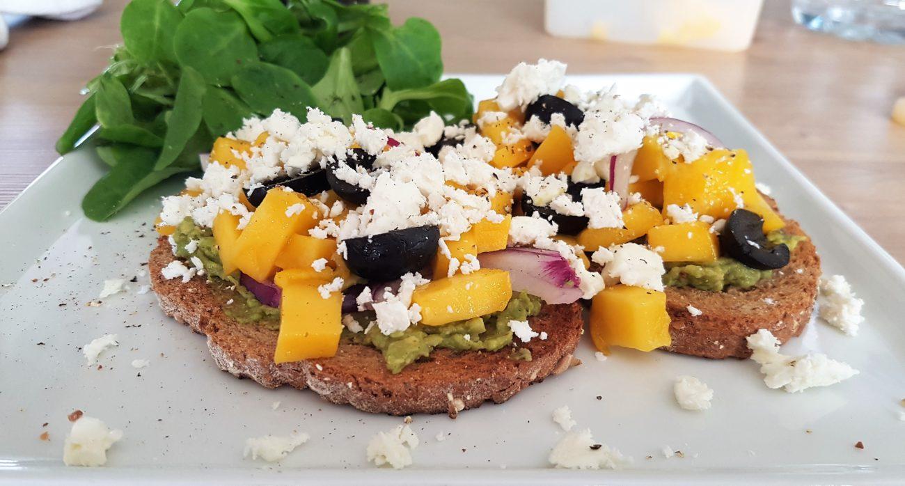 Toast met guacamole, feta en mango