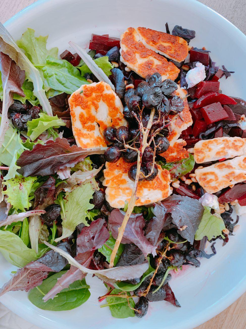 Rode salade met halloumi en geroosterde druiven