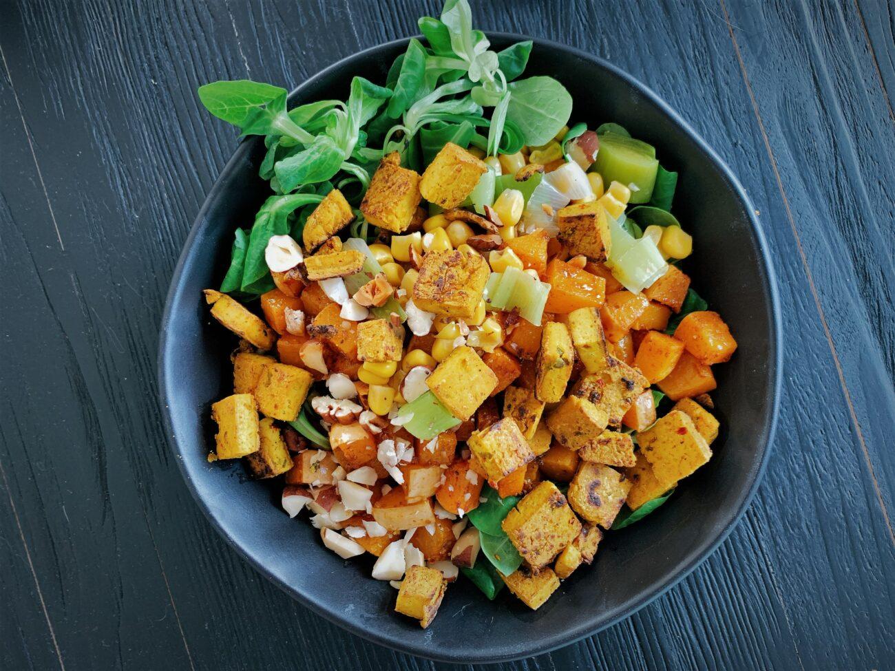 Pompoensalade met currytofu en noten