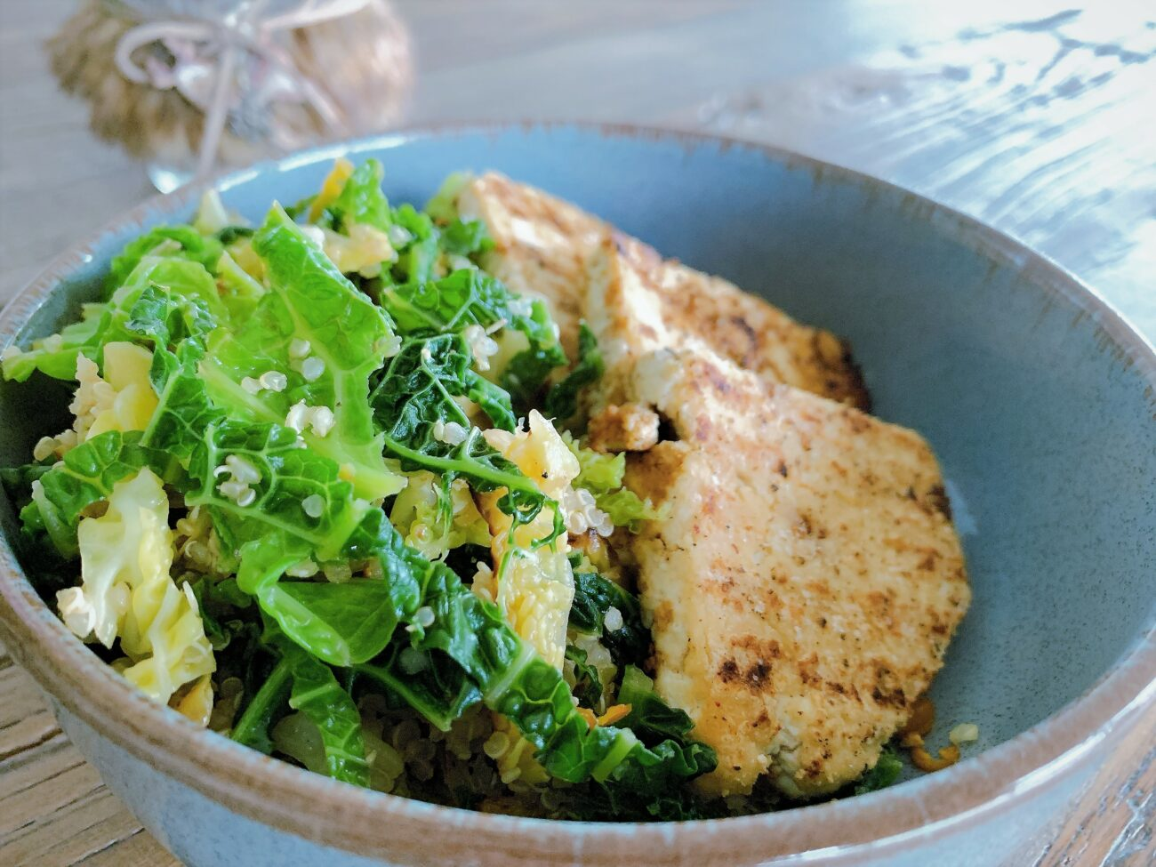 Gegrilde tofu met groene kool quinoa